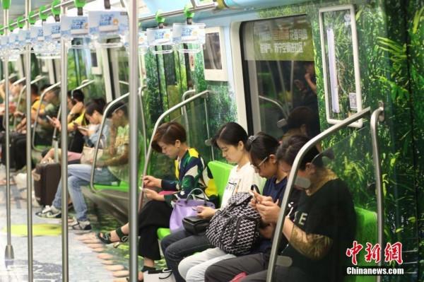 南京地铁不堪场面_南京地铁车厢变\