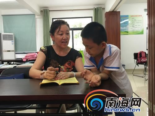 <b>海口龙华好人:热心肠阿姨进社区义务辅导孩子学习</b>
