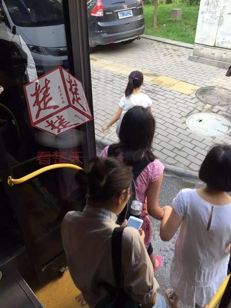 老太太操屄�_公交车让座再惹事 武汉老人逼让座说哭10岁小女孩