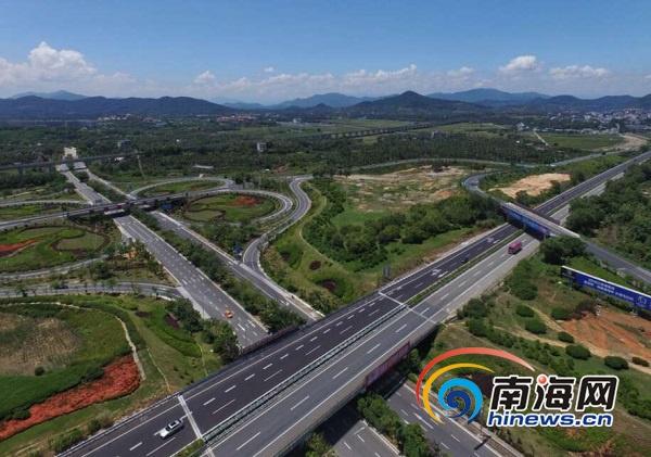 航拍g98环岛高速公路三亚藤桥互通段,车辆在改造完成的道路上高速