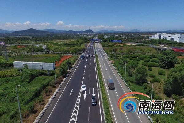 航拍g98环岛高速公路三亚藤桥互通段,车辆在改造完成的道路上高速通过
