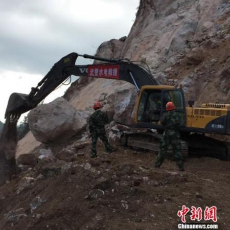 图为广西平乐县山体坍塌救援现场.