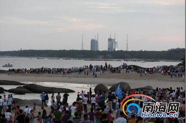 <b>百万海南人聚焦火箭升空市民纷纷手机拍摄</b>