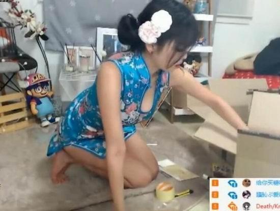 当然了,这并不是旗袍,美女是她穿了件高叉重点,两条美腿在镜头前晃来游类手重点图片