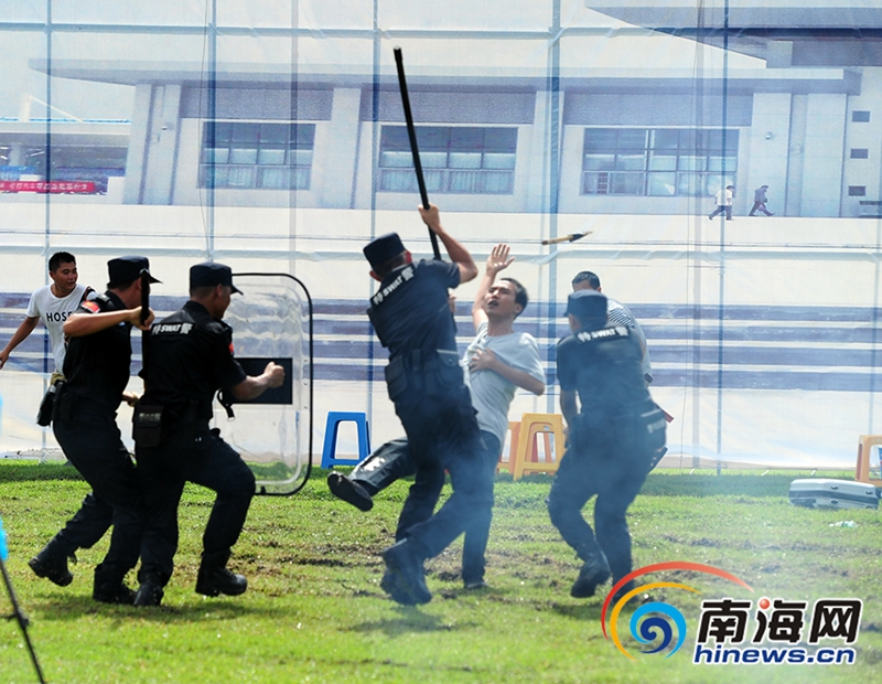 高清:陵水警方举行维稳处突演练