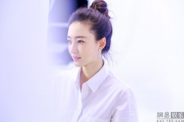 王丽坤片场变小清新萌妹子