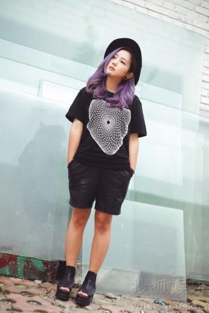 何洁最新街拍曝光 黑衣造型显时尚图片
