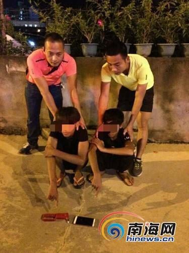 <b>2少年持逃生铁锤海口砸车盗窃10余起连冰红茶都偷</b>