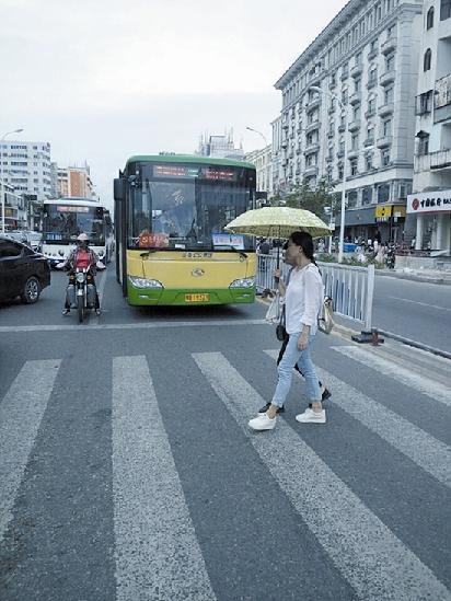 """市民:文明是最美的风景   关于""""斑马线前车让人""""的问题,三亚市民黎"""
