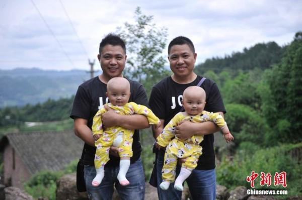 图为青堰村的双胞胎兄弟抱着9个月大的双胞胎小男孩.陈超摄