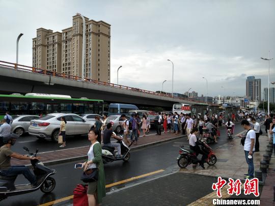 南京地铁不堪场面_暴雨致南京地铁1号线分段运营 大量乘客滞留