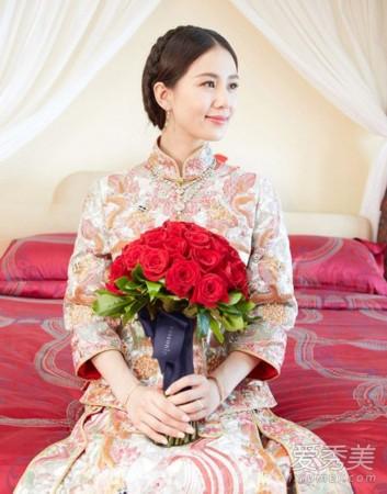 穿上中式礼服的陈妍希真的是又瘦又美呢,盘发在脑后形成一个低垂的图片
