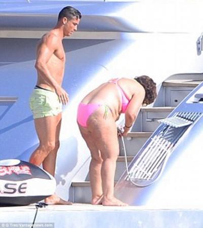 C罗度假秀八块腹肌 美艳比基尼女郎环绕左右图片