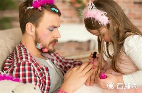 骚女叫爸爸_当爸爸跟女儿在一起画风简直辣眼睛 果然是前世情人