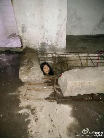 四川:女子患严重精神病 被亲生父亲囚禁铁笼内