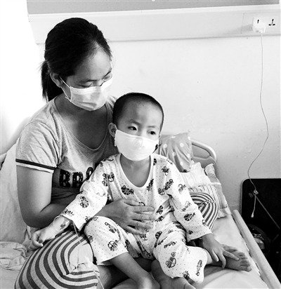 乐东3岁龄童患白血病打零工的父母病床前含泪守护