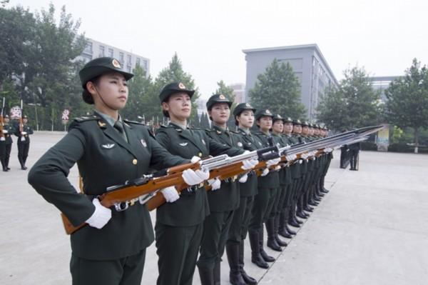 中国人民解放军仪仗队列队完毕,请您检阅