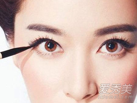 """眼线画法:韩式""""美瞳线""""画出来"""