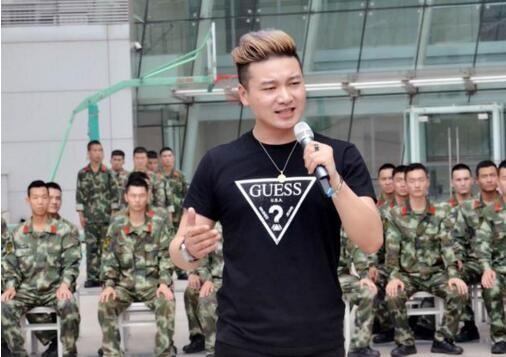"""迎""""八一""""歌手韩旭慰问演出驻台武警官兵"""