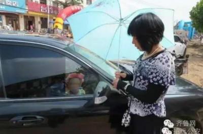 2岁娃热天锁车内 孩子拿车钥匙玩无意中锁死车门(图)