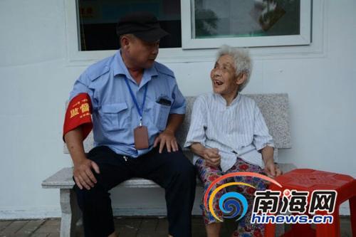 八旬阿婆坐海口公交车迷路民警媒体帮找家人