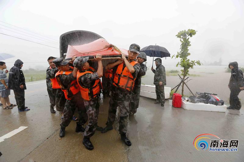 儋州新州镇群众被水围困 消防官兵紧急救援[高清组图]