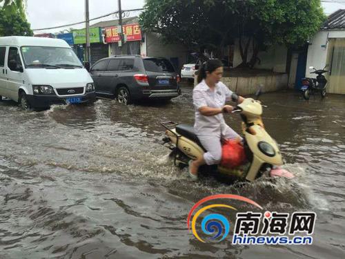 暴雨考验城市排水海口白水塘路农垦医院路口积水严重