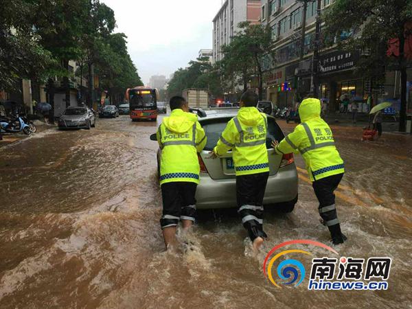 海南省道22条线路44处因漫水阻断交警在一线冒雨执勤