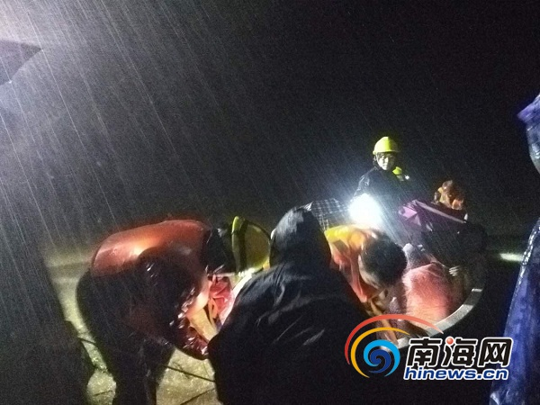 特写|儋州深夜救援记:那一束束灯光给冲锋舟指路