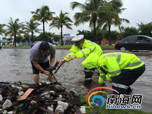 盘点海南暴雨中的暖心瞬间市民帮挖堵塞排水口