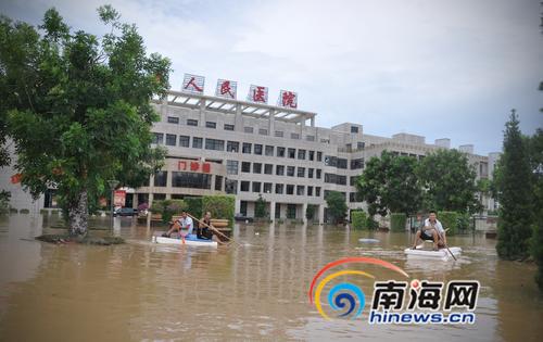 """临高县医院暴雨中停电医护人员捏""""皮球""""为病人供氧"""
