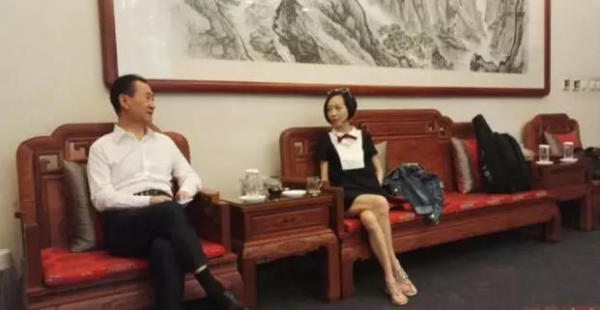 在首期节目中华人首富王健林将现身展示自己的神秘收藏,带领鲁豫走进