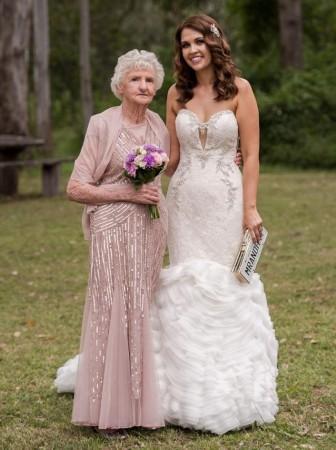 欧美老奶奶以一敌二_澳大利亚一位耄耋之年的老奶奶一直梦想当一回伴娘,如今,她得到孙女