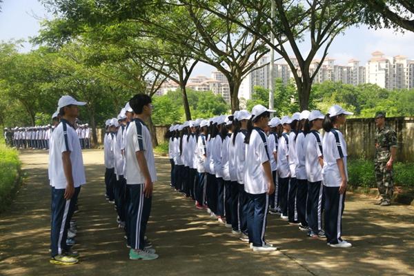 定安中学开展新生军训活动图片