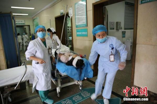 广西大巴车翻出高速路致10死32伤 医院全力抢救__海南 ...