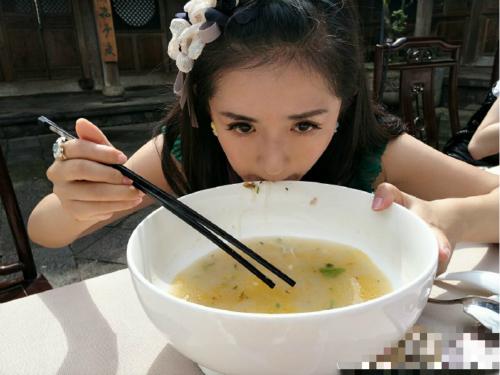 照片中,谢娜手捧超大白碗,捧着喝汤,吃香惊人,十分有趣.