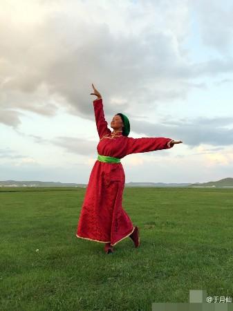 与小姨子操逼故事_赵本山小姨子穿蒙古族服装 草原上翩翩起舞