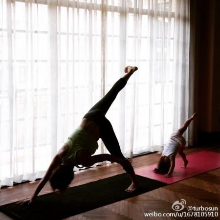 孙俪晒女儿练瑜伽照 小花妹妹盘腿打坐有模有样