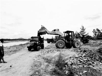 昌化江畔建筑垃圾延绵近千米省住建厅、东方市政府8日清完