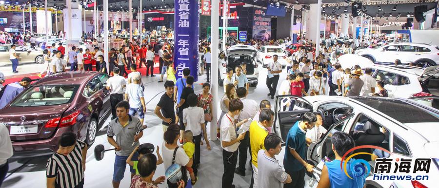 海报车展第三天恰逢周末众多市民前来购车人气爆棚