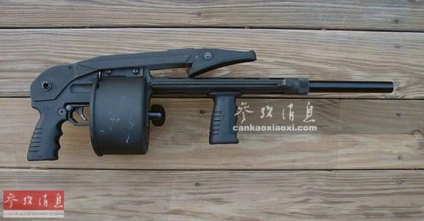 后仓击锤_出自枪械大师勃朗宁之手,是一支采用外部击锤和5发管状弹仓的泵动霰弹