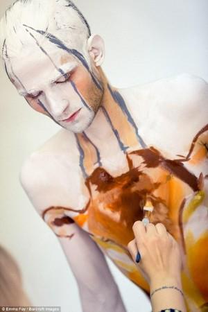 完美的人体艺术_艺术家人体彩绘 美女与野兽完美合体