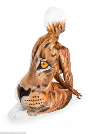 """图为瑜伽""""狮子式""""彩绘作品,在模特身上,狮子的毛发都画得十分逼真.图片"""