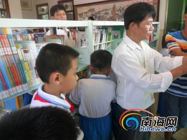 "<b>海口""英雄司机""梁其生自费建书屋供农村儿童免费阅读</b>"