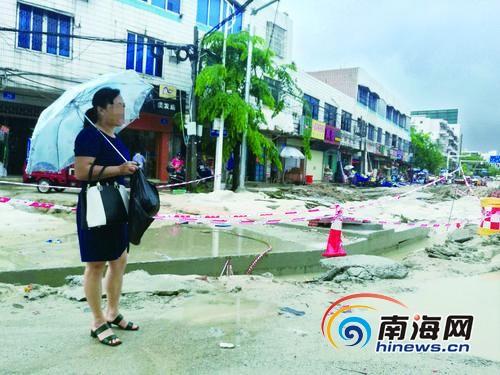万宁一女子暴雨中骑车坠入水沟被困 路边店家施救