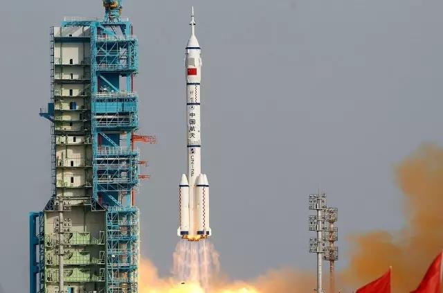 """△长征2F""""T""""系列火箭图 怎么样,看出区别了吗? 长2F火箭""""Y""""系列是载人火箭,相比运货的""""T""""兄弟的""""大光头"""",最大的不同就是头顶上多了个尖尖的""""逃逸塔""""。"""