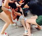 女子街头泄春光图片