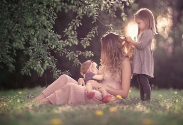妈妈给宝宝的哺乳照:充满爱意 画面唯美