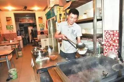 广东 老人吃饭忘付钱,几位餐馆老板的反映暖哭了