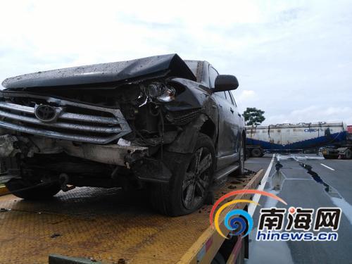 海南两车相撞后未及时设警告标志  致两车撞护栏